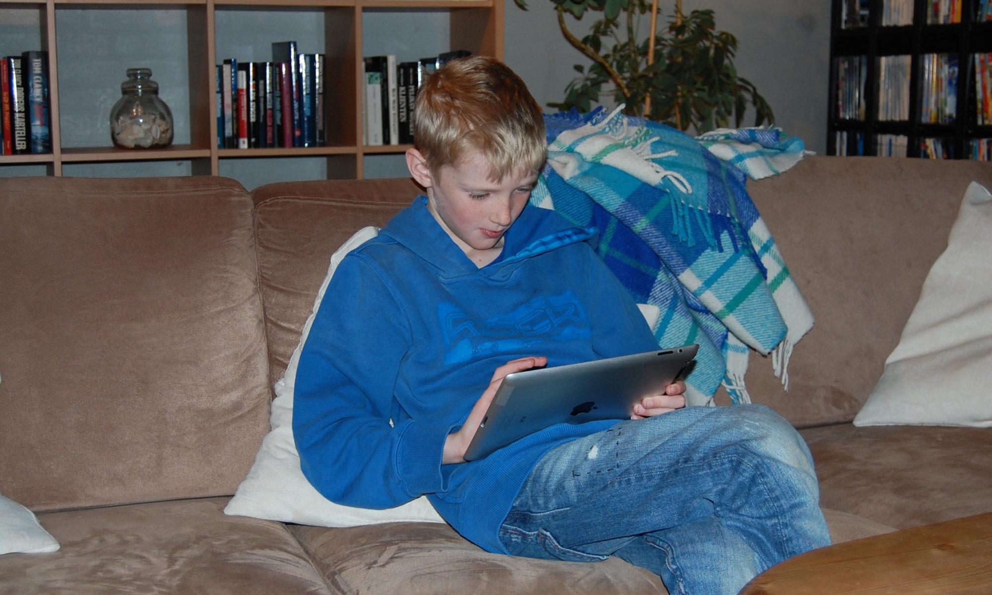 20121221_Rasmus-spiller-på-iPad_002
